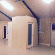 DR Tømrermester – montering af køkken og toilet i hal 4